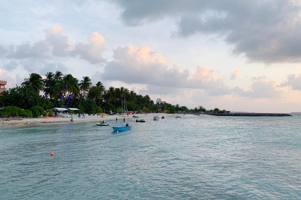Остров Маафуши. Вид с Бикини-бич на соседний берег