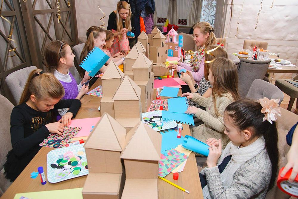 Дети на мастер-классе декорируют замки. Их задача — скрутить из бумаги башенки, вырезать окошки и двери, а затем наклеить их на картонную заготовку. В конце ведущий раздаст фонарики участникам, которые положат их внутрь. Будет казаться, что в окнах замка по ночам горит свет
