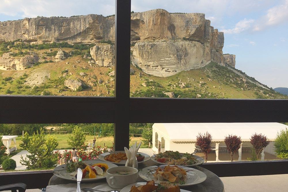 Вид из ресторана «Помещик» на скалу Качи-Кальон
