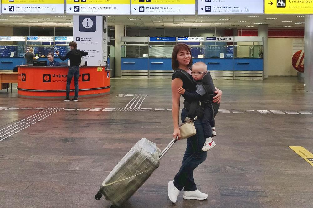 В аэропорту меня выручил эрго-рюкзак — в нем мы с сыном прошли почти весь досмотр и контроль