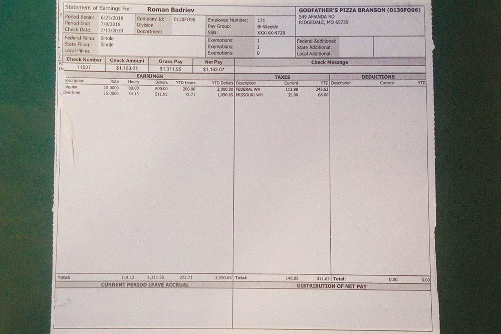 Обычный чек за 2 недели. В верхнем левом углу зарплатный период, ниже слева — зарплата, справа налоги, в самом низу всё вместе
