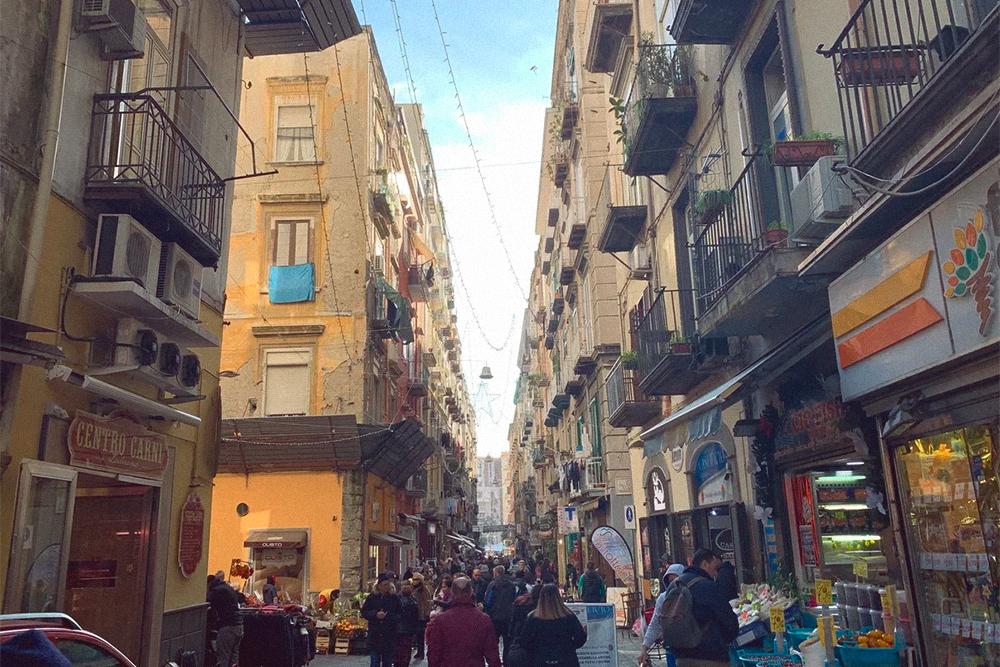 Монтесанто — старый район с узкими улочками, переполненный кафе, лавками и туристами. По моим впечатлениям — самое приятное место дляжизни в Неаполе