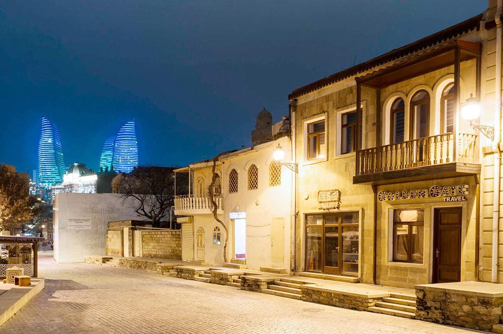На мой взгляд, комплекс смотрится особенно эффектно ночью, когда включается подсветка. Он то загорается красным, то окрашивается в цвета азербайджанского флага