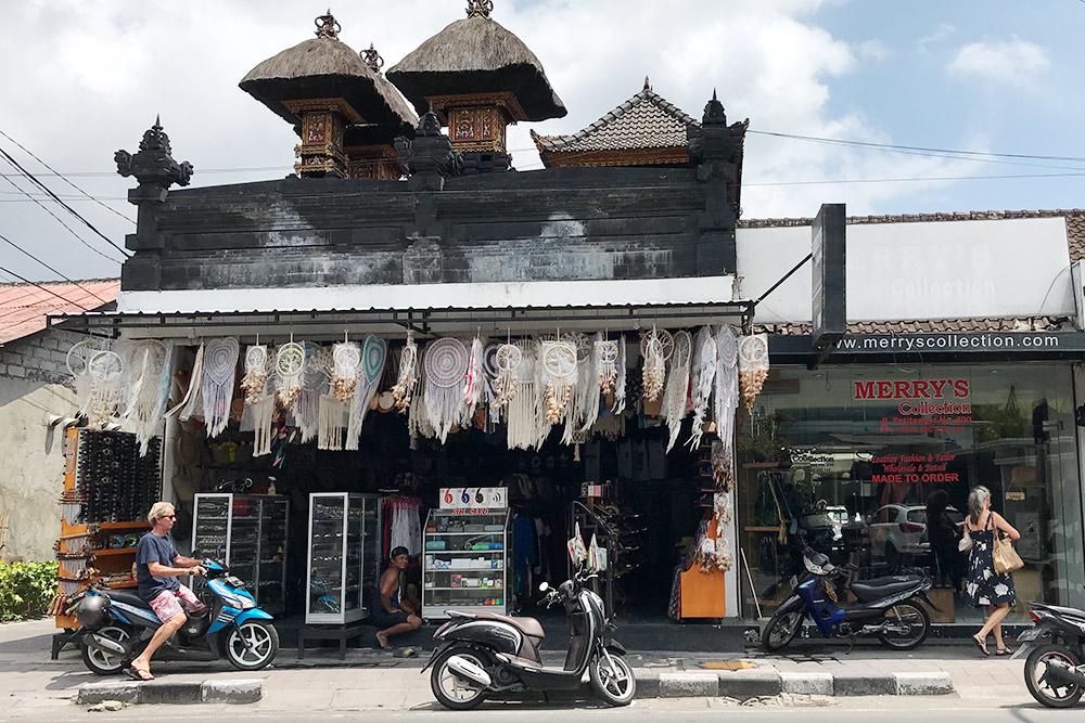 В Куте и Семиньяке на каждом шагу магазины или палатки с сувенирами, футболками, очками. Торговаться обязательно: цены всегда завышают
