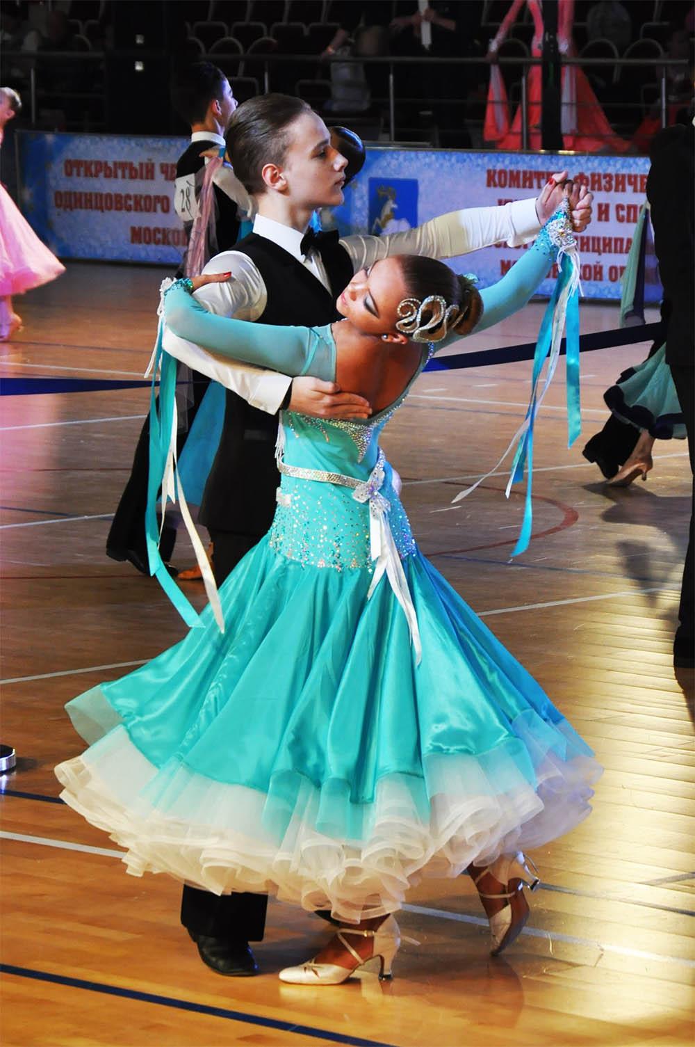 Такое бальное платье со стразами и полужемчугом для категории «Юниоры-2» продается во Вконтакте за 25 000 р.. Источник: группа «Одежда для бальных танцев»