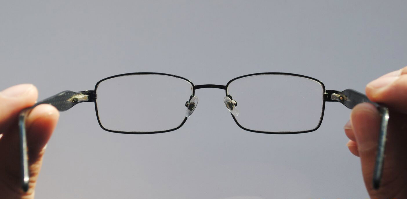 Заушники оттягиваются в противоположные стороны на одинаковый угол — оправа симметричная