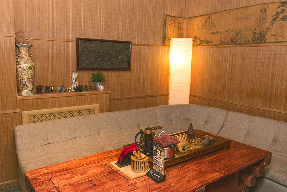 В заведении 5отдельных комнат, оборудованных звукоизоляцией, чтобы можно было отгородиться отвнешнего мира. В одной изних есть телевизор и Плейстейшен, вдругой — аквариум