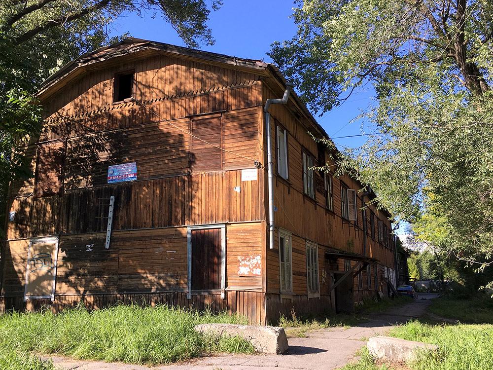 Такие бараки до сих пор стоят даже в центре Хабаровска. В 90-х в них продавали наркотики и спирт. Это определяли по ковру на заборе: если висит, значит, продают. Рассказывали, как один парень зашел в дом купить травы, ошибся квартирой и просто купил в соседней