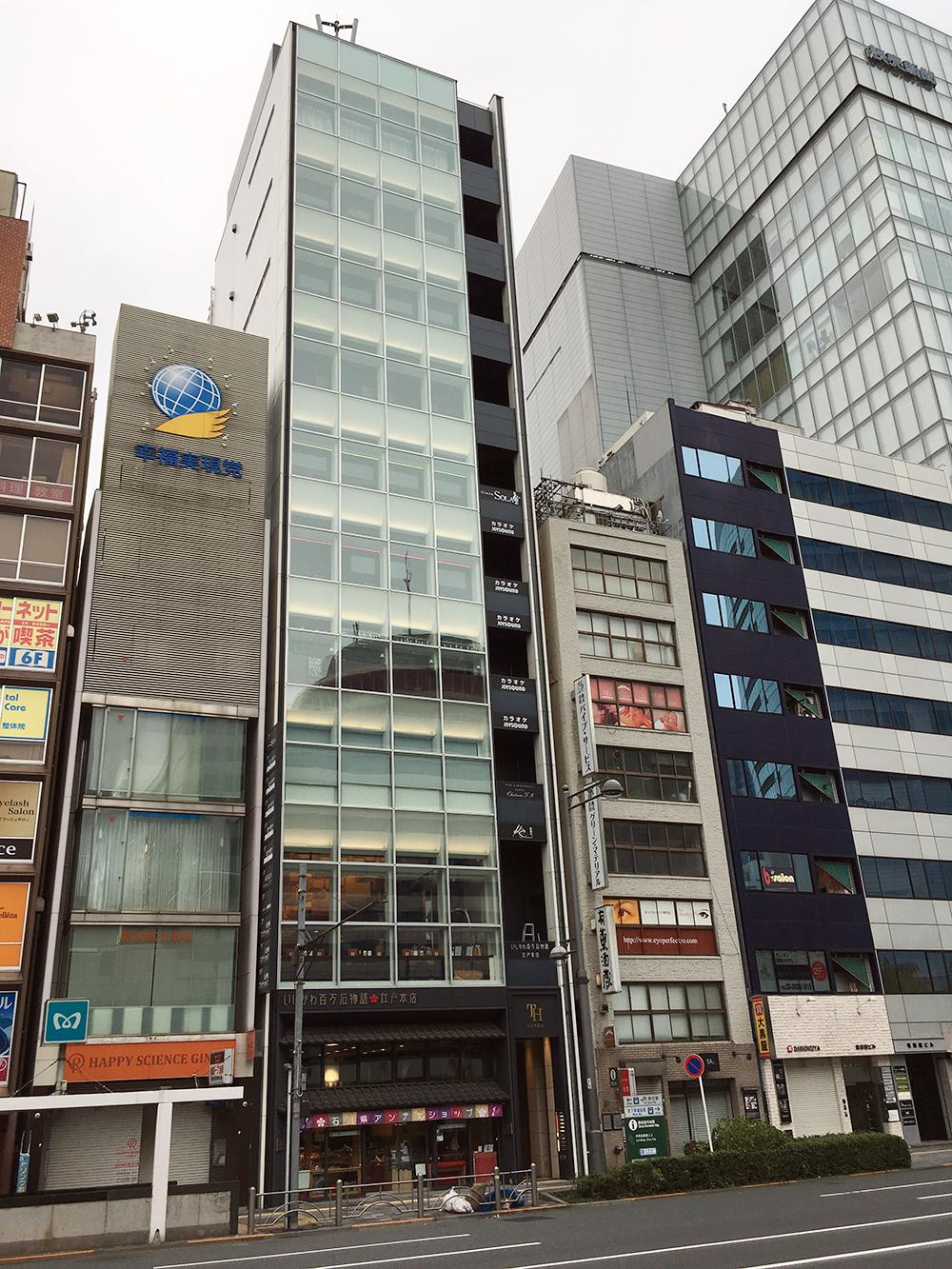 Из-за высокой стоимости земли в центре Токио дома там узкие и высокие. Но даже так площади в них доступны лишь для коммерческого использования