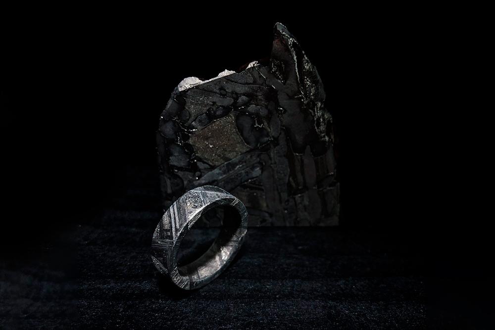 Такое цельное кольцо из метеорита Муонионалуста весом 3,9г стоит 24 990рублей