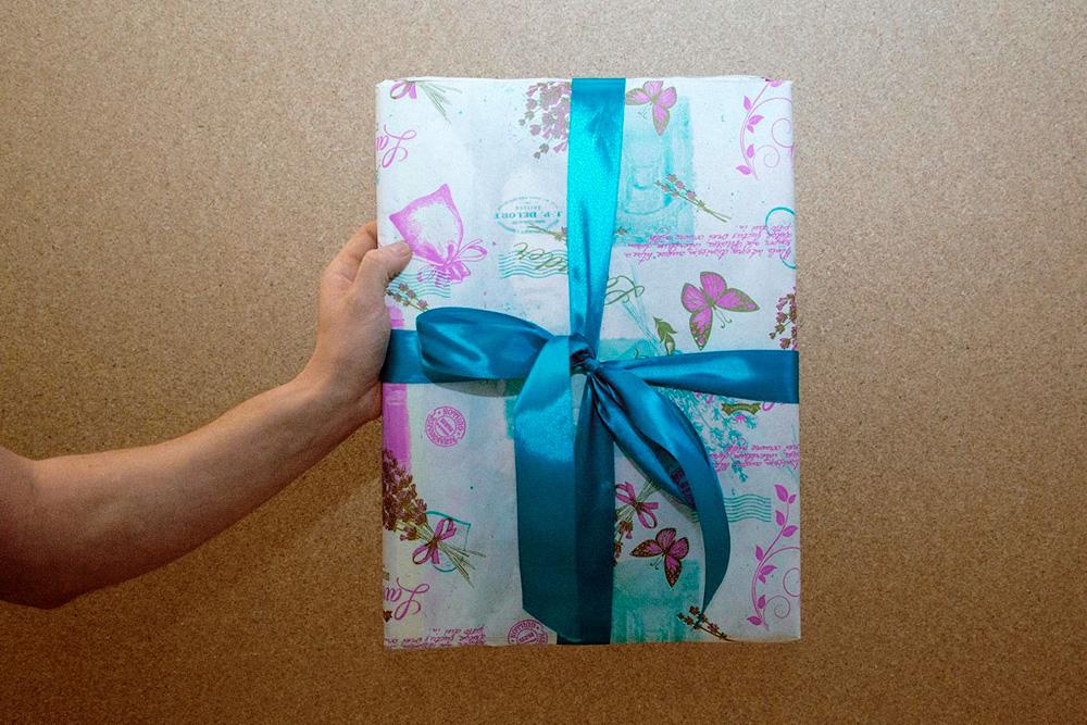 Половина клиентов покупают картины в подарок. Большинство из них хочет, чтобы картину доставили в подарочной упаковке. В месяц компания закупает 10—15 рулонов такой упаковки