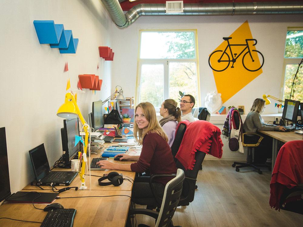 На команде не стоит экономить, поэтому предприниматели закупили большие мониторы, удобные деревянные столы и стулья. Важно, чтобы сотрудники с удовольствием приезжали в офис