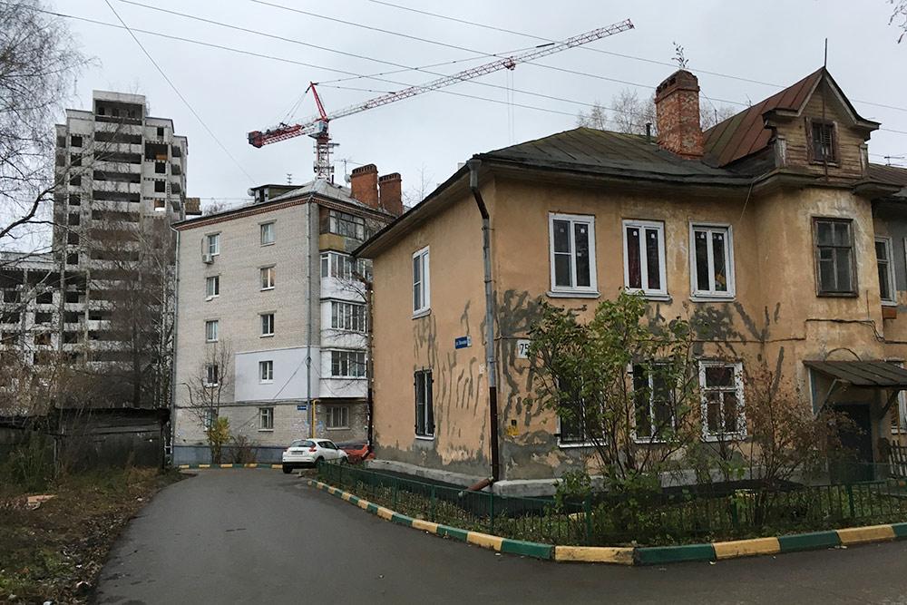 Дом конца 19 века, за ним советское массовое жилье, над которым высится новостройка, — это типичная для Нижнего картина