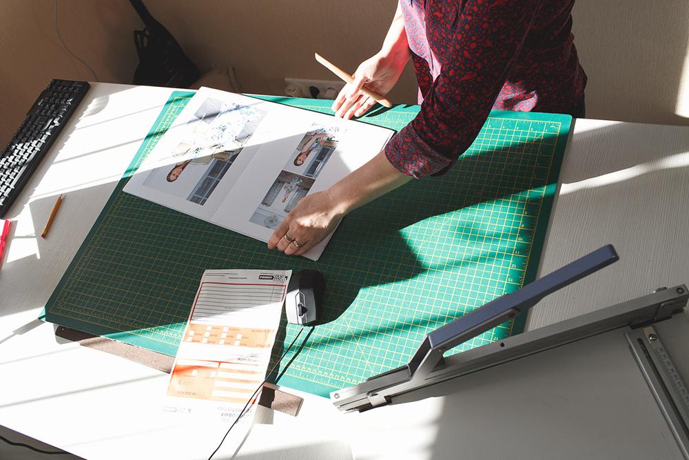 Людмила складывает листы пополам и сортирует их по порядку