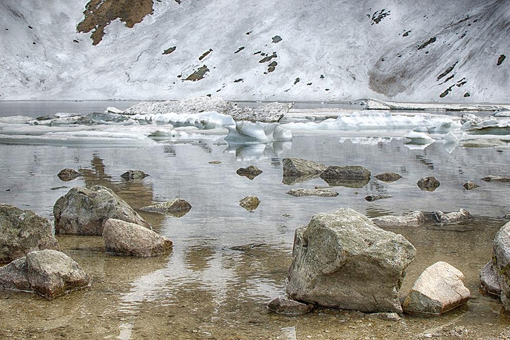Озеро Чарны-Став-под-Рысами, до которого многие не доходят: дорога поднимается резко вверх, идти приходится по камням и снегу