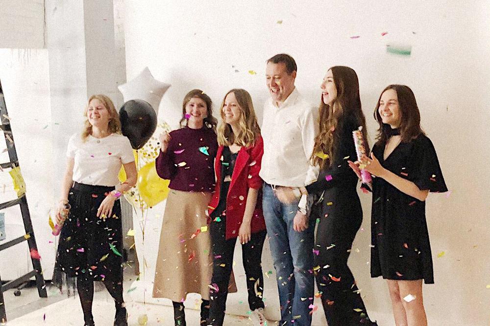 Команда празднует день рождения компании