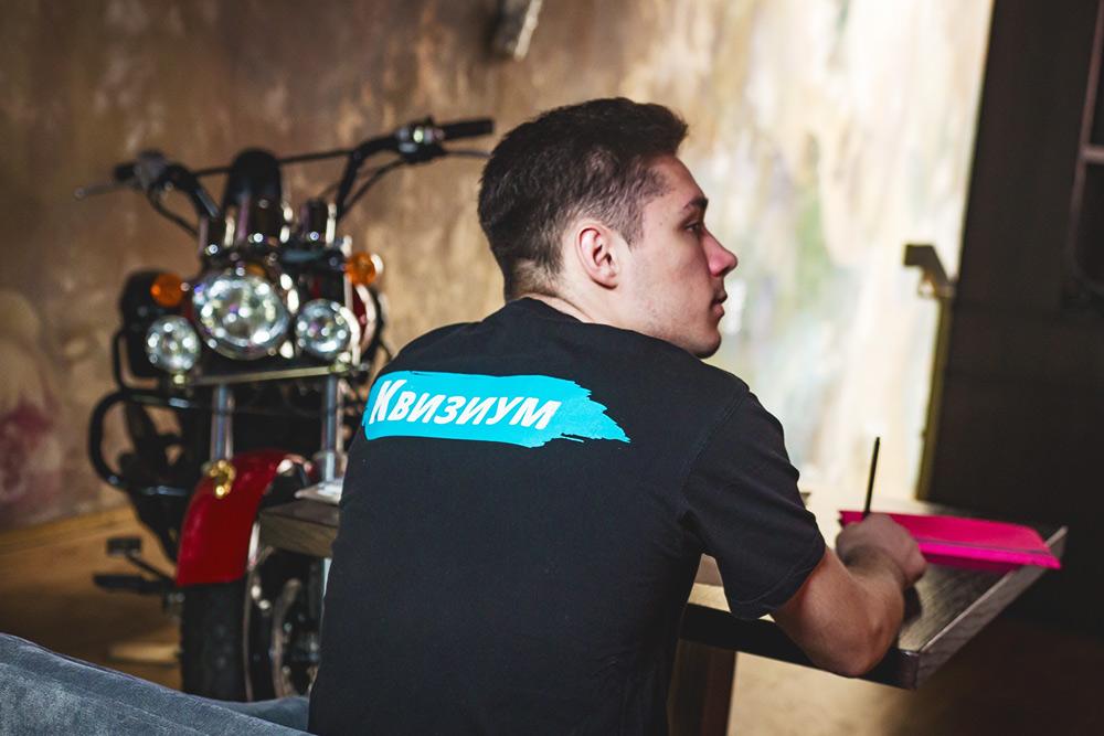 Все сотрудники надевают наиграх фирменные футболки — так их проще найти среди клиентов