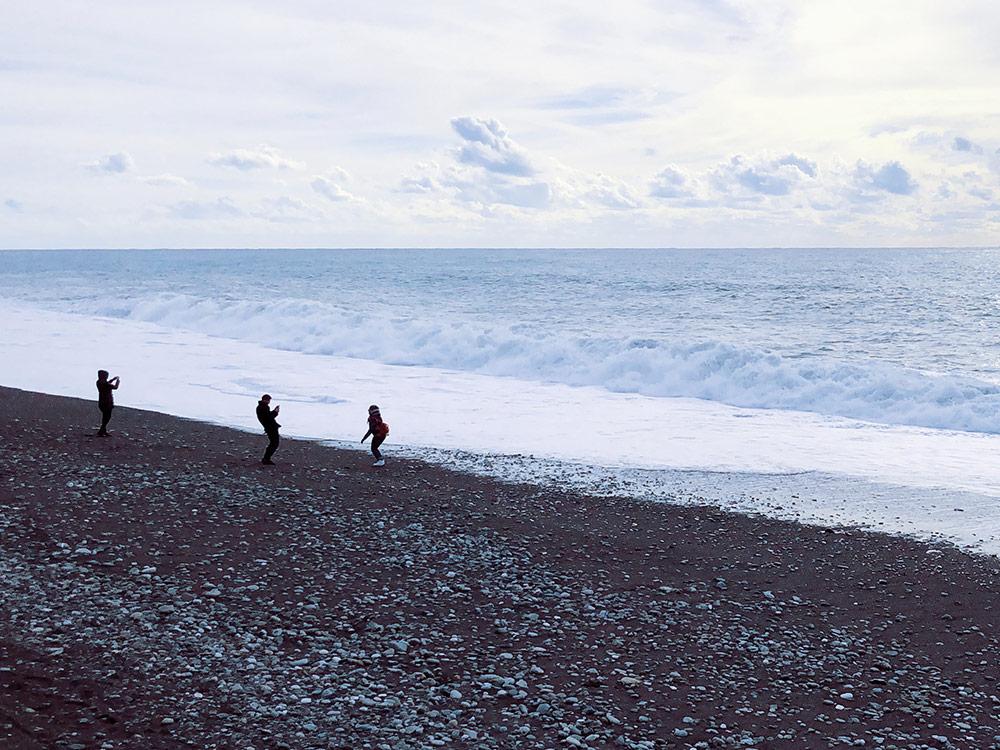 В море уже нельзя купаться, но можно наслаждаться запахом и фотографироваться на фоне волн
