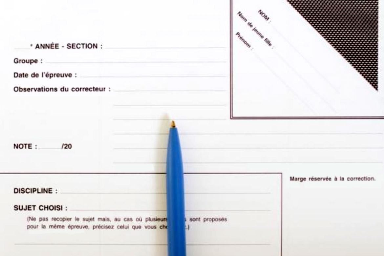 Меня поразили специальные бланки на письменных экзаменах. Студенты пишут фамилию на уголке, который загибают и приклеивают так, чтобы проверяющий не знал, чью работу он читает. Источник: letudiant.fr