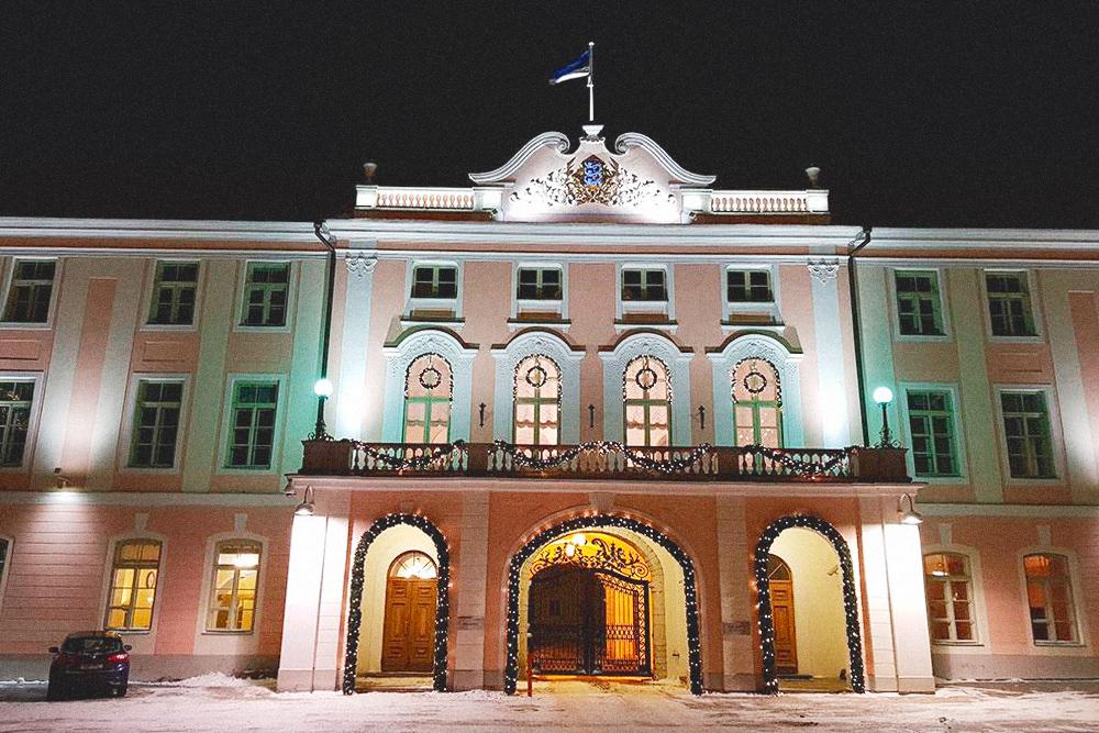 Замок Тоомпеа — это здание парламента Эстонии, куда пускают по предварительной записи на официальном сайте. Экскурсии внутри замка бесплатные