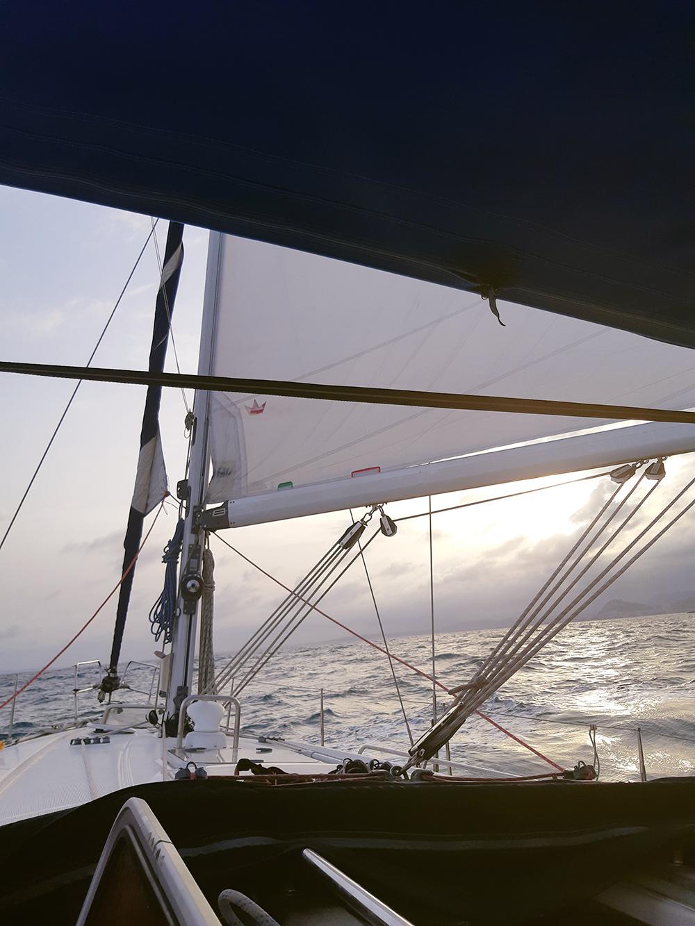 Фото с борта часто получаются такими — с участием различных снастей яхты