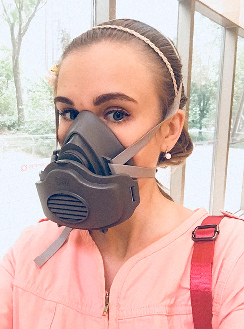 Каждый раз, прежде чем надеть на себя эту уродскую маску, я вспоминала, что будет болеть голова и горло, если этого не сделать, и надевала