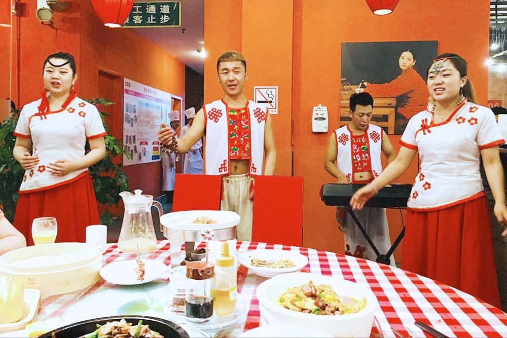 Начальница пригласила иностранных учителей на ужин, чтобы обсудить условия сотрудничества. Параллельно нас развлекали традиционными песнями и танцами
