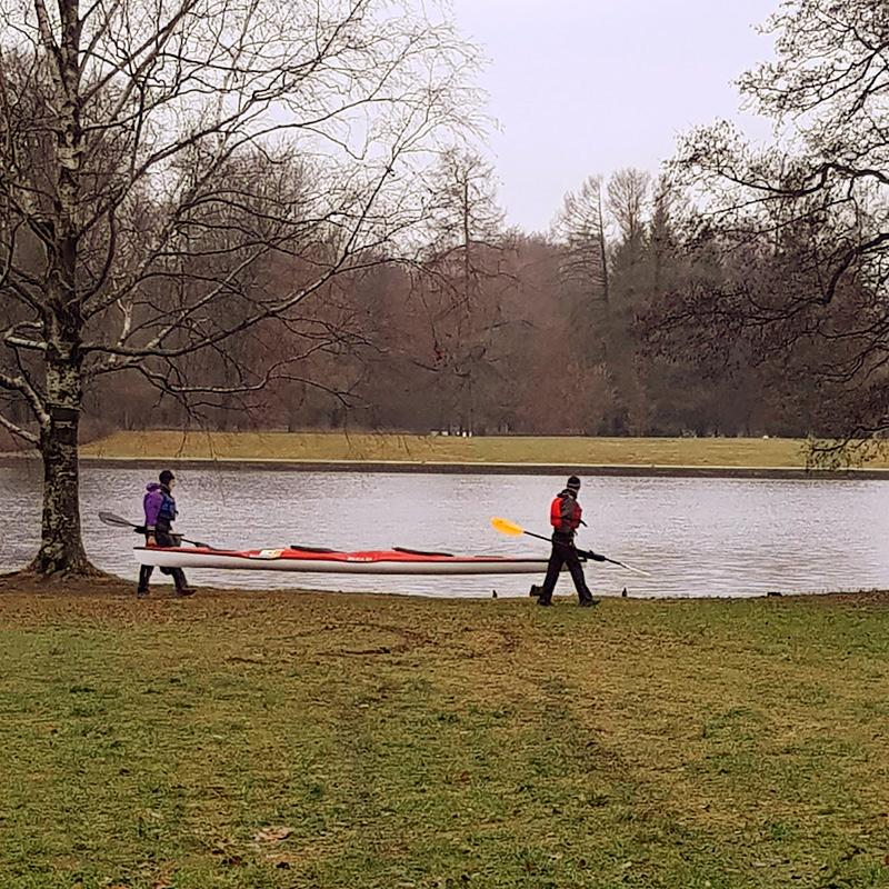 У нас потепление, идет дождь. Лед на речках растаял, поэтому по пути вижу любителей гребного спорта, которые ловят момент длятренировки в декабре