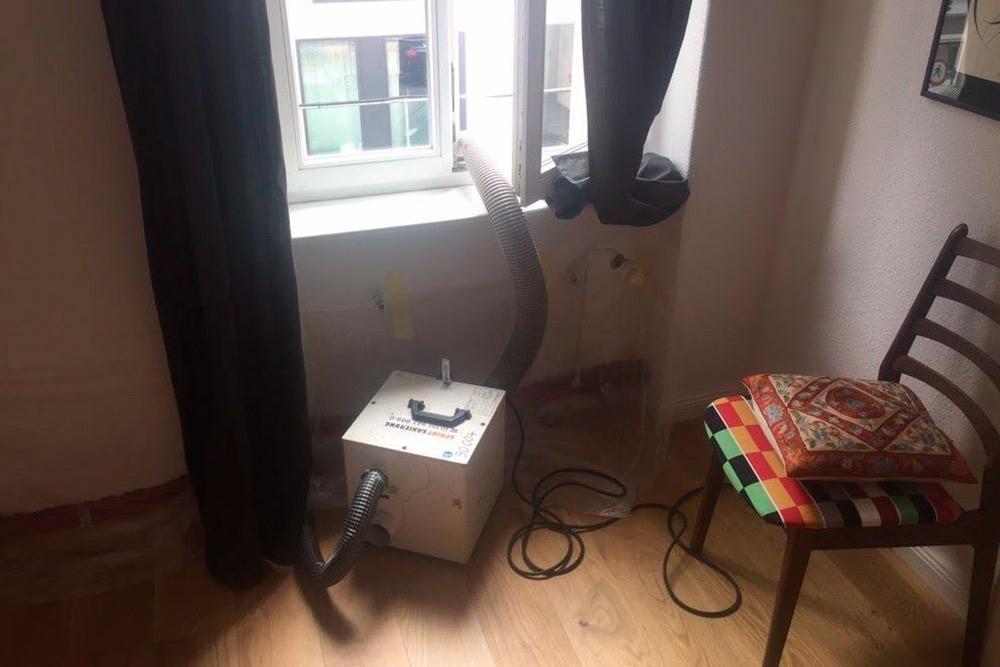 Этот специальный прибор осушает стены в нашей квартире перед установкой батареи