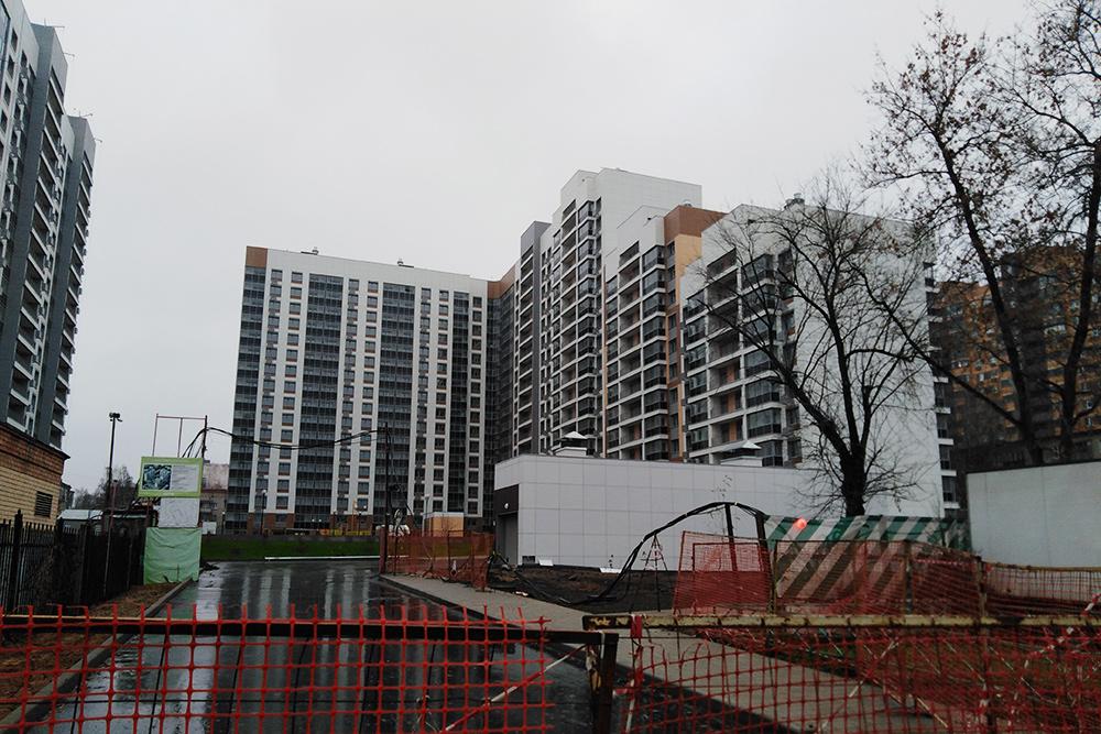 А это новостройка, где в 2018&nbsp;году квартира площадью 99,2 м² стоила 10 730 000<span class=ruble>Р</span>. Ее мы так&nbsp;и не купили. Дом сейчас достроен, но еще не сдан, а территория не благоустроена