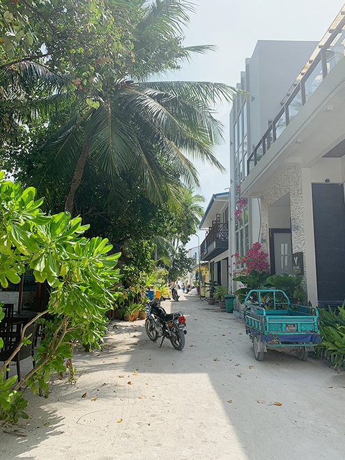 Днем улицы Маафуши пустуют, потому что туристы уже на пляже, а местные жители работают