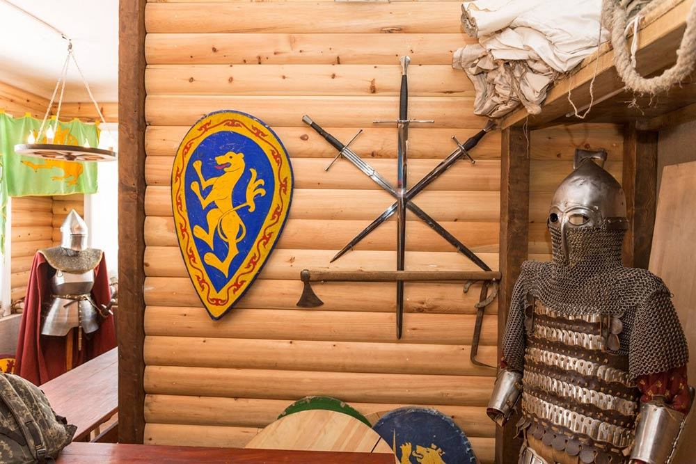 В Хабаровском крае местнаяНКО на деньги Фонда президентских грантов построила музейный комплекс с предметами быта и оружием из разных эпох. Источник: «Топ-гранты-рф»
