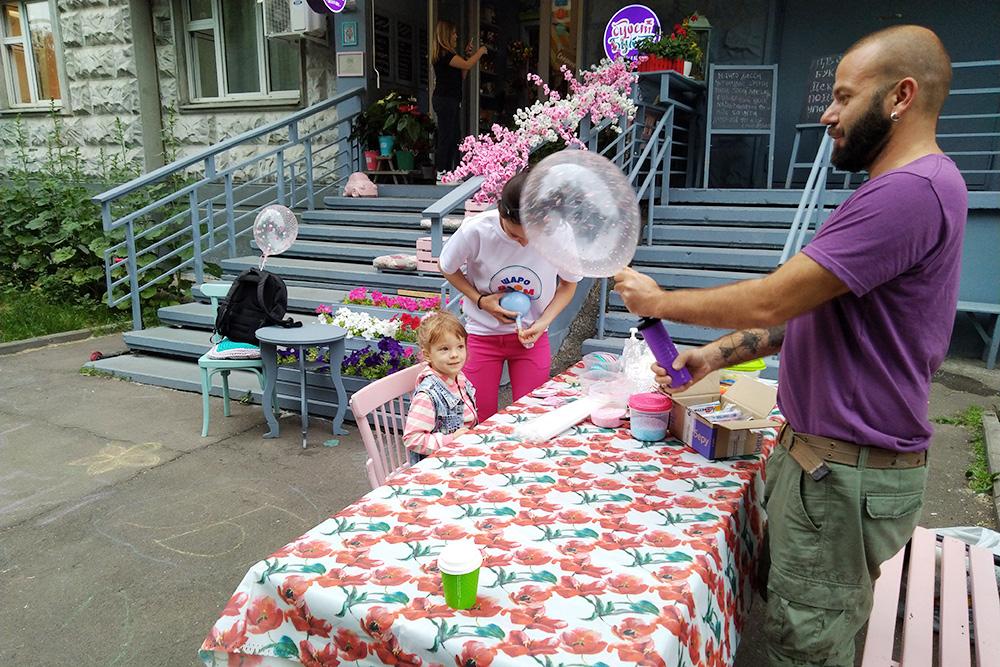 Вика учится создавать необычные шары в «БуфетБукете» на бесплатном мастер-классе в честь Дня России
