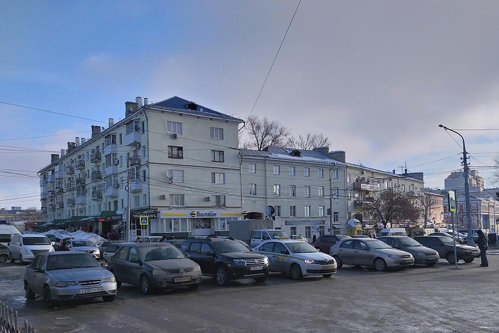 Саратовские таксисты ждут выходящих из ж/д вокзала. Брендированные автомобили встречаются только в «Яндекс-такси» и «Метро»