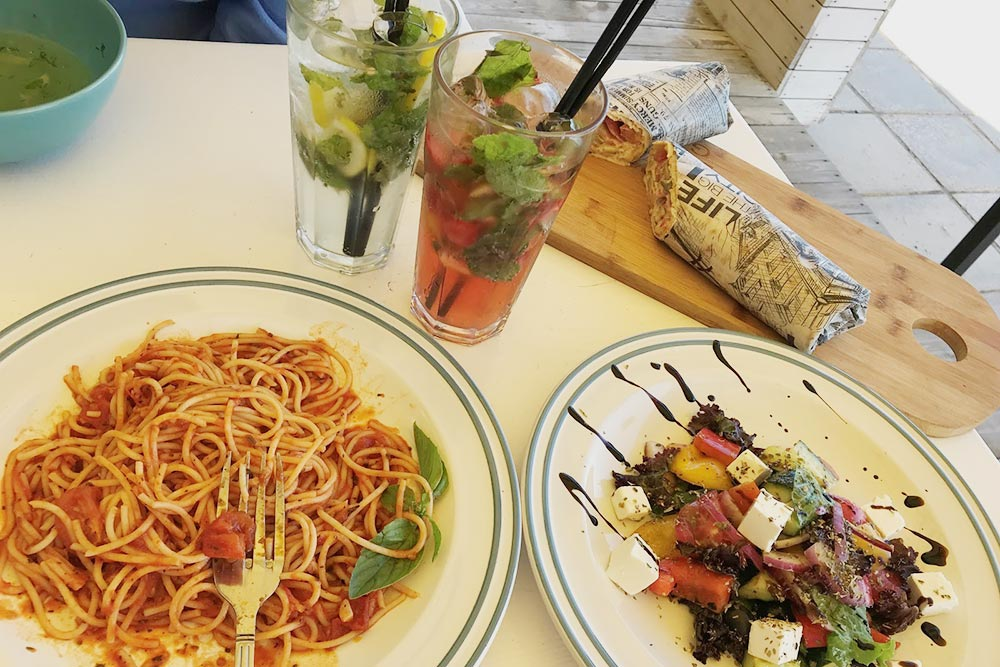 Даже в обычном кафе на пляже была хорошая еда и отличный сервис