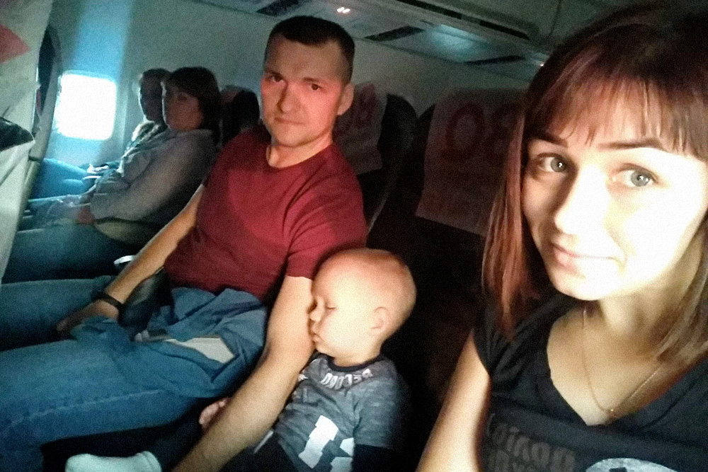 Зато, намаявшись в аэропорту, сын уснул через 30 секунд после взлета — самолет даже высоту не набрал. Так и спал весь перелет. Даже не проснулся перед посадкой, когда стюардесса велела его посадить и пристегнуть