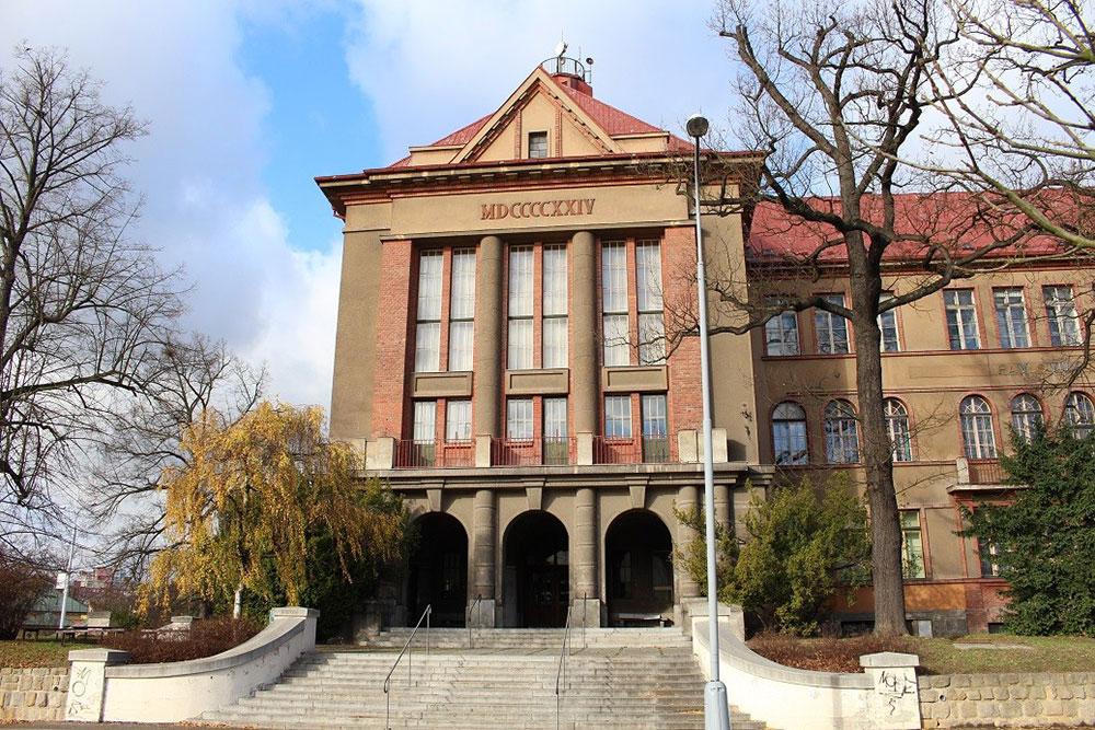 Павлов корпус построен в 1924 году. Здесь проходят лекции по биохимии и физиологии