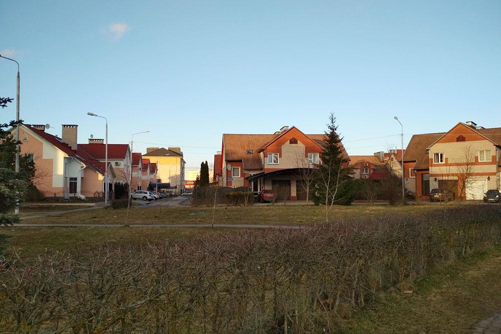 В начале двухтысячных в Псковском районе построили микрорайон таунхаусов Белый Город