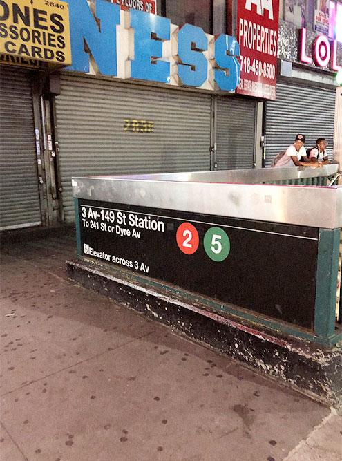 Станция метро в Бронксе, у которой мы жили. Район находится неподалеку от Гарлема, там много бездомных и улицы постоянно патрулирует полиция. Зато жилье дешевое