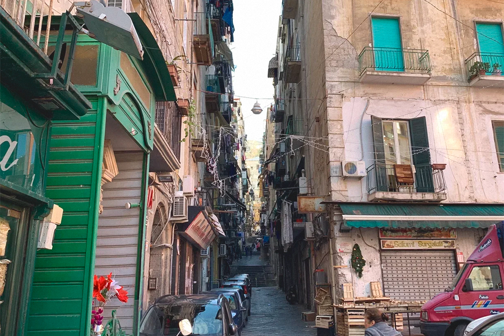 Испанский квартал — тоже исторический район города, такой классический Неаполь с узкими улочками, шумными итальянцами и снующими туда-сюда мопедами