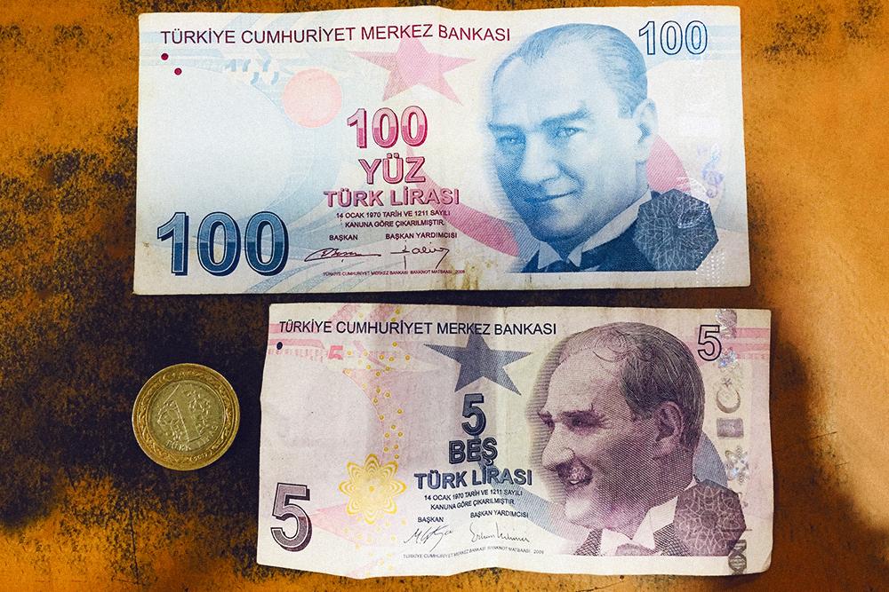 Турецкие деньги. На 1 ₺ (12,5 р.) можно купить 1 булку хлеба. На 5 ₺ (62,5 р.) — проехать в маршрутке туда и обратно. А 100 ₺ (1250 р.) — это уже хорошие деньги для Бафры: можно одеться на них в масс-маркете. На всех купюрах изображен Мустафа Кемаль Ататюрк