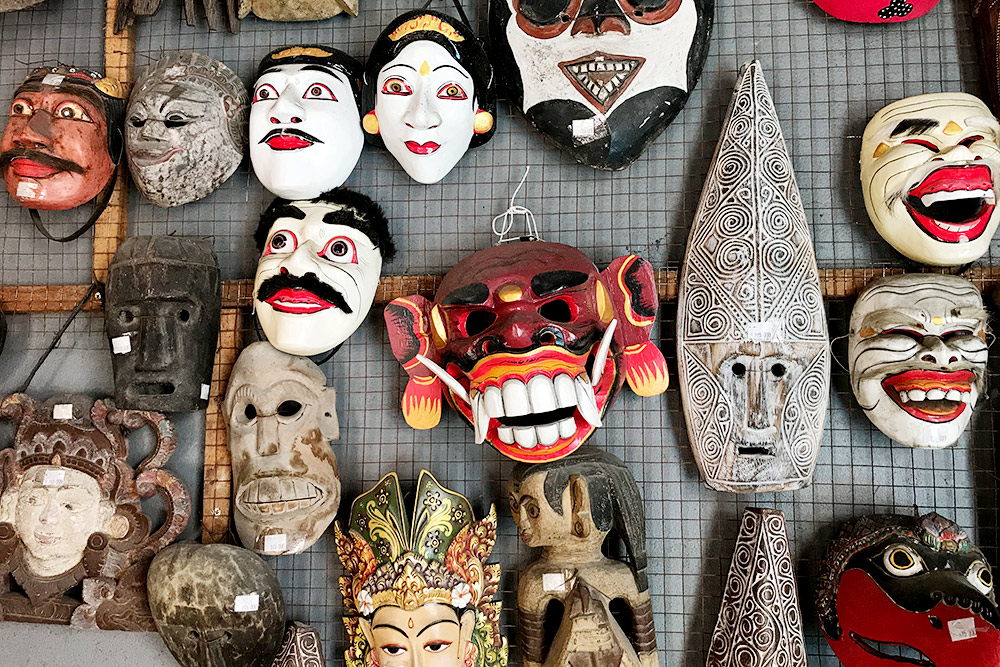 На Бали развито искусство резьбы по дереву. Такие маски для интерьера стоят в пределах 1000 рублей, а смотрятся здорово