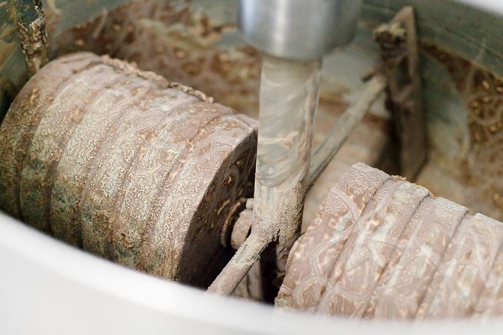 Меланжеры перетирают шоколадную массу гранитными жерновами