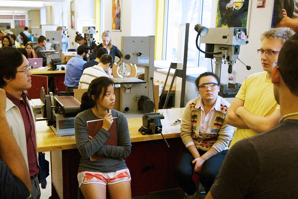 Лаборатория была очень похожа на мастерскую «Карфидов лаб»: наша команда вместе разрабатывала новое устройство, а потом собирала его. Для покупки материалов каждой команде выдавали банковскую карту с бюджетом 6000 долларов