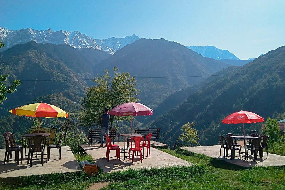 Кафе в городке Дарамсала в предгорьях Гималаев. Отсюда начинаются пешие тропы по окрестным горам