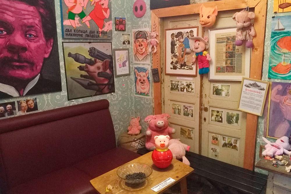 В галерее открыт хлев. Настоящих свиней в хлеву нет, но там официально можно есть семечки и бросать ошметки на пол. Я пять минут ем семечки и мусорю. Я был во многих музеях современного искусства, но нигде мне так не нравилось, как в «Свином рыле»