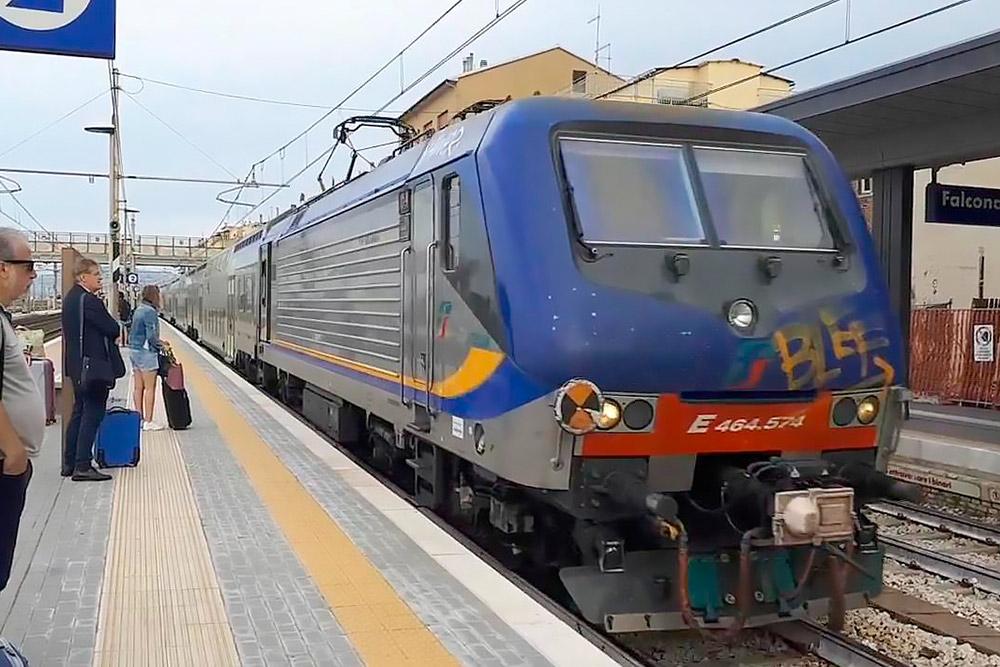 Региональный поезд «Трениталия». Нам пришлось ехать на таком в Римини — других не было. Кресла не откидываются, вайфая нет