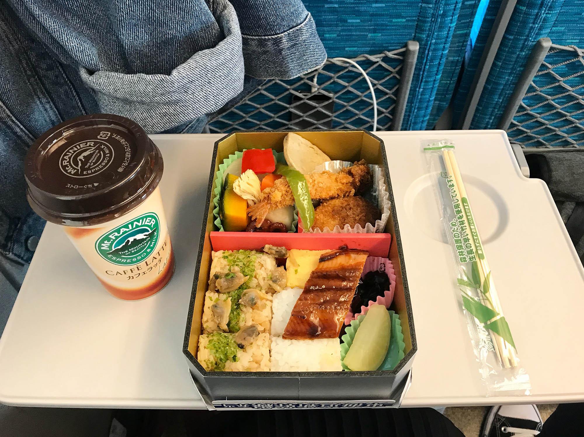 Везде продаются бенто — красиво упакованные наборы еды. Тут суши, рис, жареные овощи и свежие фрукты, стоит такой набор примерно 500 р.. Благодаря бенто в Японии вообще нет проблемы, чем бы перекусить. Все в Японии едят их постоянно, и обязательно в поездах