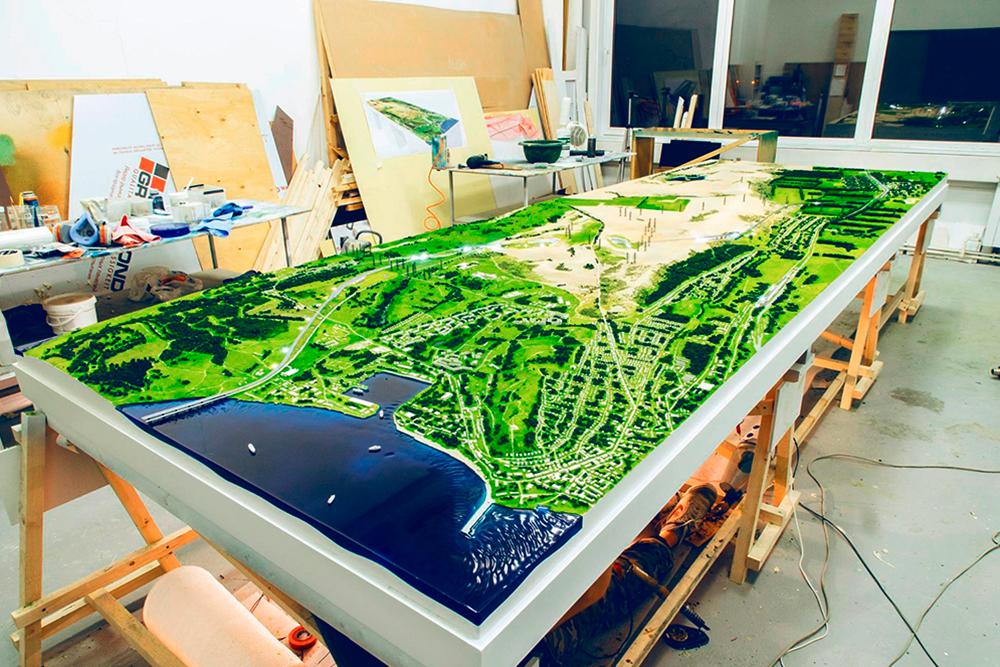 Готовый рельефный макет железной дороги в Крыму 1,5× 4 м. Он состоит из пластика — рельеф вырезали на фрезерном станке с помощью предварительно подготовленной 3Д-модели. Проект создавали два месяца, и он стоил 1 млн 136тысяч рублей