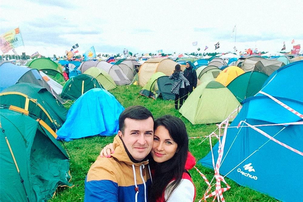 Палатку ребята устанавливают сразу как только приехали, а уже потом идут на концерты